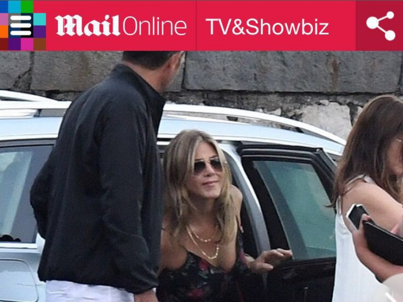 Jennifer Aniston in piscina. A Ravello sfoggia un bikini Missoni Mare